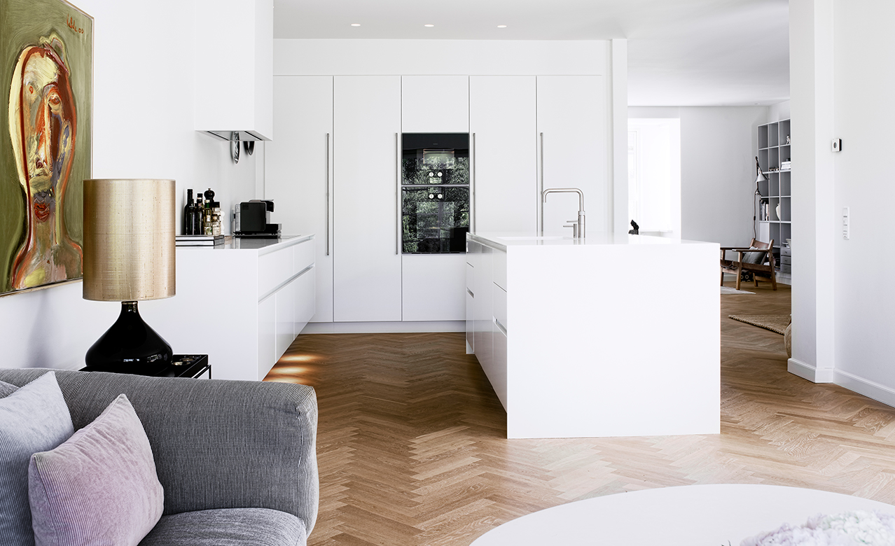 A white Form 6 design kitchen designed by Multiform Odense