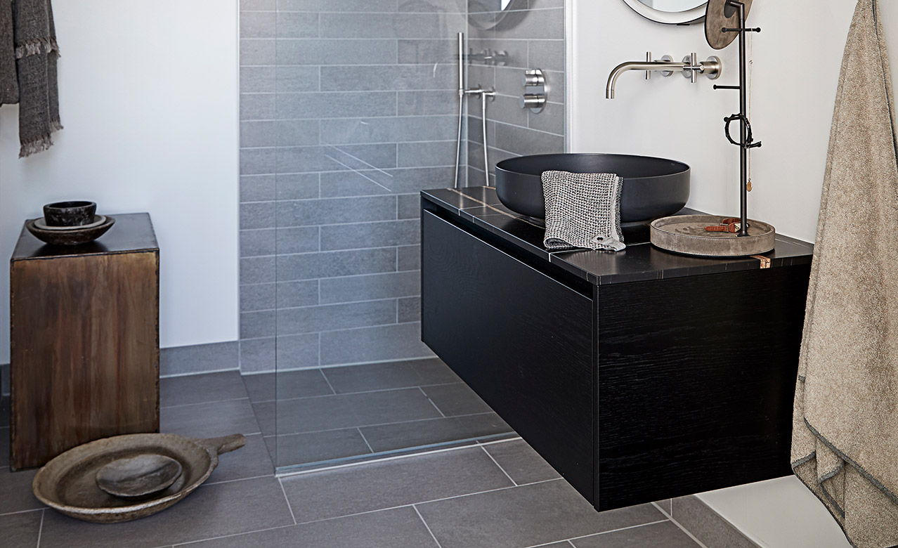 Multiform bathroom from black oak with a marble top and Alapé sink