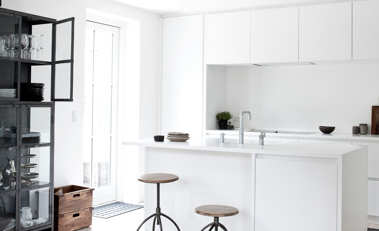 Simple and white - a beautiful design kitchen by Multiform